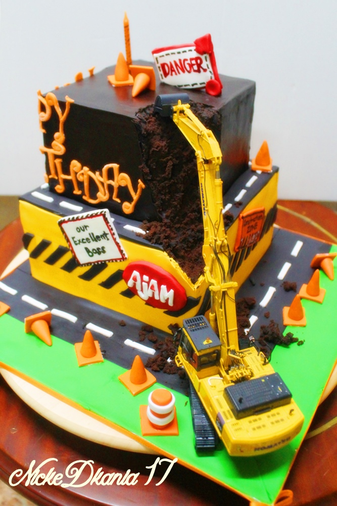 Construction Cake with forkclift