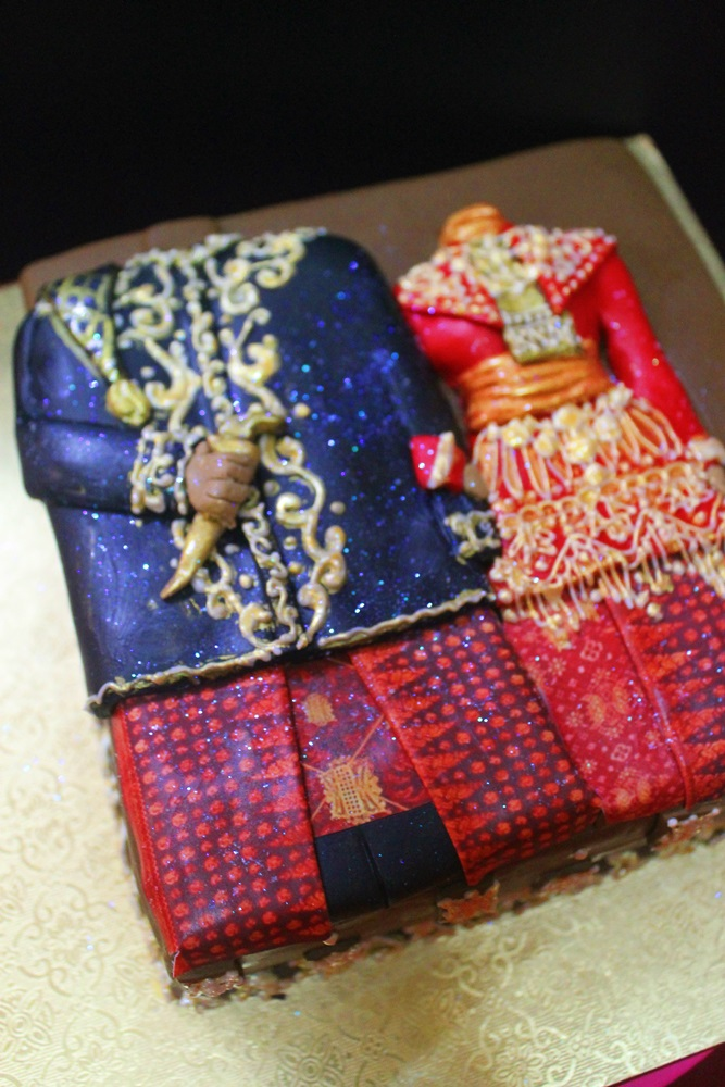 Cake hantaran, Traditional Costume